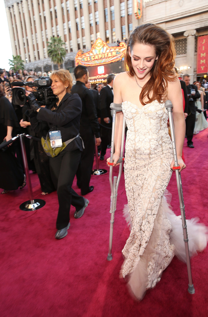 Kristen Stewart Accessorized Her Reem Acra Gown With Crutches at the Oscars [PHOTOS]