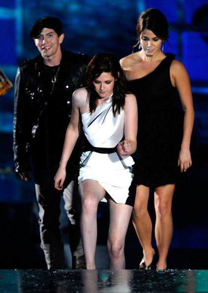 """Kristen Stewart Actor Jackson Rathbone, actress Kristen Stewart, and actress Nikki Reed accept the award for Best Fantasy Movie onstage during Spike TV's """"Scream 2010"""" at The Greek Theatre on October 16, 2010 in Los Angeles, California."""