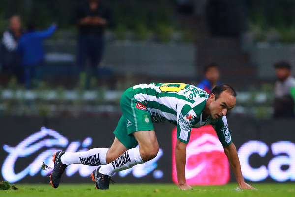 America vs. Leon - Torneo Clausura 2018 [torneo clausura 2018 liga mx,player,sports,team sport,sports equipment,games,ball game,grass,sports gear,tournament,helmet,america v leon - torneo clausura,leon,landon donovan,part,america,mexico city,azteca stadium,match]