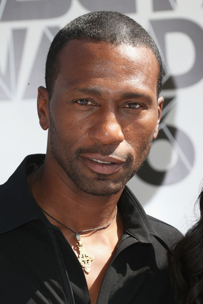 The 56-year old son of father (?) and mother(?), 191 cm tall Leon Robinson in 2018 photo