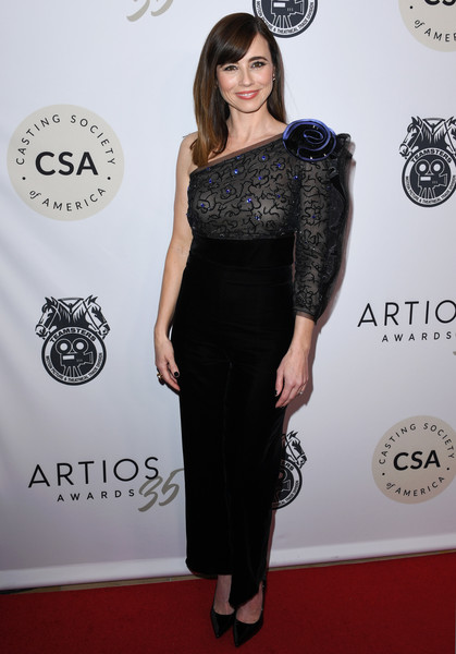 Casting Society Of America's Artios Awards - Arrivals [clothing,dress,black,shoulder,red carpet,cocktail dress,hairstyle,waist,little black dress,fashion,linda cardellini,beverly hills,california,the beverly hilton hotel,artios awards,linda cardellini,united states,casting society of america,casting,directors guild of america award,actor,photograph]