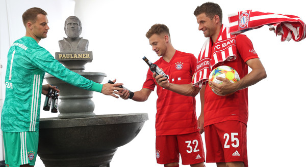 FC Bayern Muenchen And Paulaner Photo Session [team,jersey,soccer player,team sport,player,sportswear,football player,world,gesture,manuel neuer,thomas mueller,joshua kimmich,l-r,munich,fc bayern muenchen,paulaner,fgv schmidtle studios,photo session,photo session]