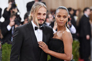 "Marco Perego (L) and Zoe Saldana attend the ""Manus x Machina: Fashion In An Age Of Technology"" Costume Institute Gala at Metropolitan Museum of Art on May 2, 2016 in New York City."