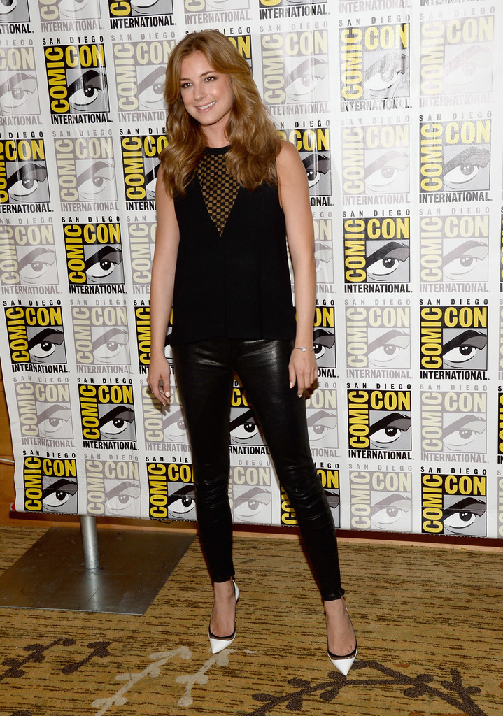 Emily VanCamp Photos Photos - Arrivals at the Marvel Panel ... | 719 x 1024 jpeg 325kB