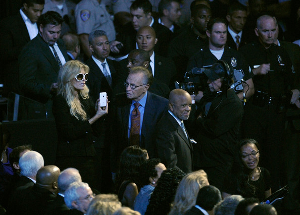 Is this Michael at the memorial?! - Page 3 Memorial+Service+Michael+Jackson+Draws+Thousands+lwk6P3q4pshl