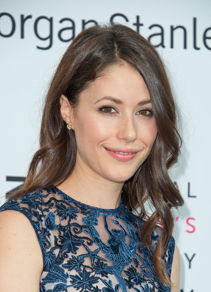 When was Amanda Crew born