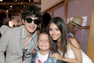 """Victoria Justice Matt Bennett Nickelodeon """"iParty With Victorious"""" Premiere - Inside"""