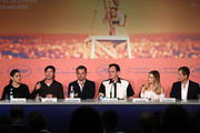 """Shannon McIntosh, Brad Pitt, Leonardo DiCaprio, Director Quentin Tarantino, Margot Robbie and David Heyman attends the """"Once Upon A Time In Hollywood"""" Press Conference during the 72nd annual Cannes Film Festival on May 22, 2019 in Cannes, France."""