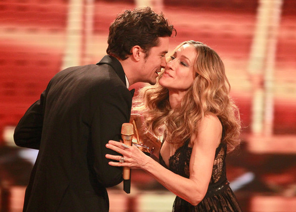 Orlando Bloom Actor Orlando Bloom receives the Charity award from Sarah Jessica Parker during the Bambi 2010 Award Ceremony at Filmpark Babelsberg on November 11, 2010 in Potsdam, Germany.