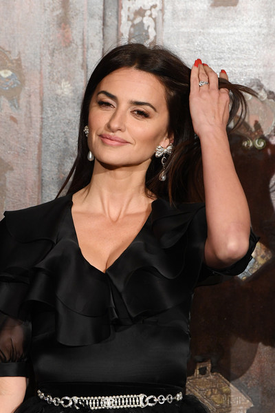 Chanel Metiers D'Art 2019-2020 : Photocall At Le Grand Palais [photocall at le grand palais,beauty,lady,fashion,dress,little black dress,fashion design,long hair,photography,black hair,premiere,penelope cruz,photocall,metiers dart,paris,france,le grand palais,chanel metiers dart 2019-2020,chanel]