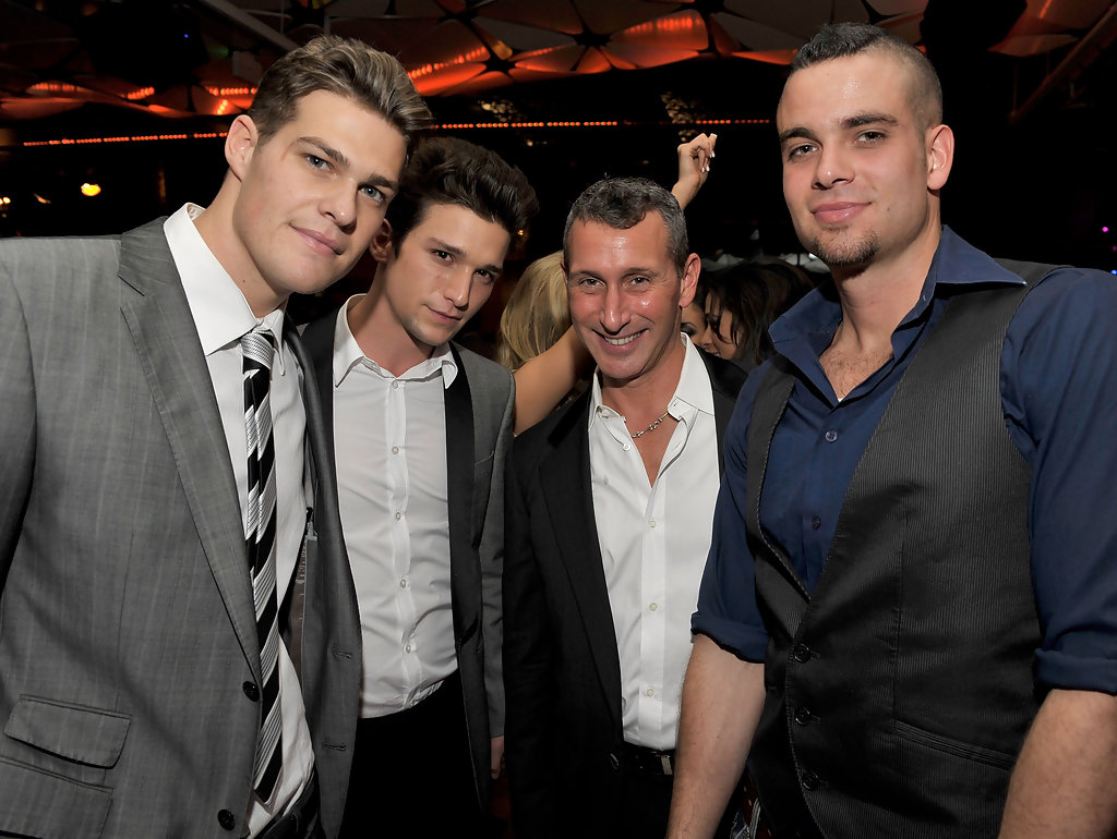 Adam Shankman Daren Kagasoff Mark Salling Greg Finley Daren Kagasoff And Mark Salling Photos Zimbio The plot revolves around what ensues when a few aimless youths, who are in their twenties, get reunited with a former classmate who has become a successful musician. zimbio