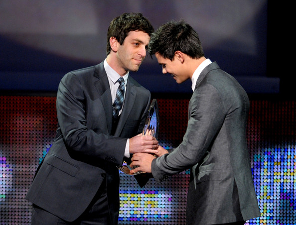 Actor B.J. Novak (L) presents actor Taylor Lautner the award for Favorite Breakout Movie Actor onstage during the People's Choice Awards 2010 held at Nokia Theatre L.A. Live on January 6, 2010 in Los Angeles, California.