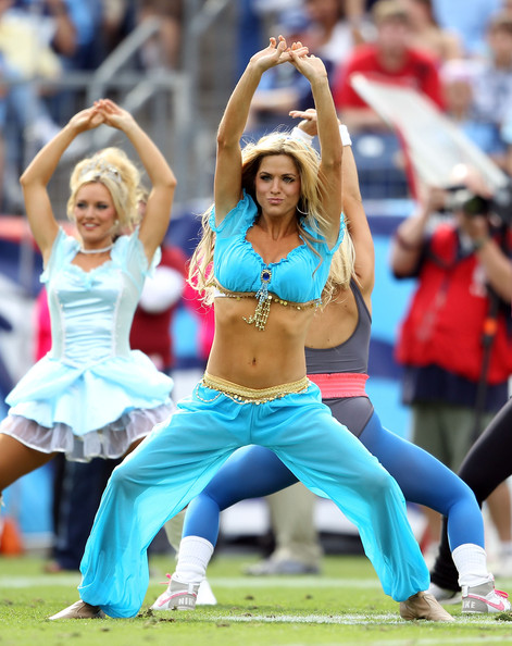 Fanbook The Tennessee Titans Cheerleaders Dancing In Hot