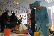 Britain's Queen Elizabeth II (R) watches children work in a classroom at Mayflower Primary School during a visit to Poplar in Tower Hamlets in East London on June 15, 2017, as part of commemorations to mark the centenary of the bombing of Upper North Street School during the First World War..Mayflower Primary School now exists on the site of the Upper North Street School. / AFP PHOTO / POOL / Daniel LEAL-OLIVAS