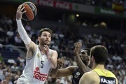 Real Madrid's guard Rudy Fernandez (L) vies with Fenerbahce Istambul's US center Ekpe Udoh (C) during the Euroleague Game 3 playoff match Real madrid vs Fenerbahce Istanbul at the Palacio de Deportes de la Communidad de Madrid, (Barclaycard Center), on April 19, 2016. / AFP / JAVIER SORIANO
