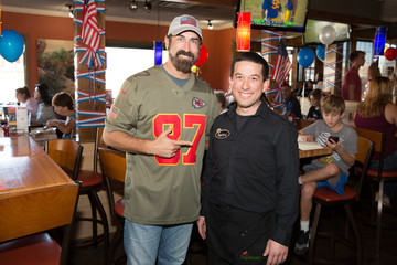 Rob Riggle Applebee's Neighborhood Grill & Bar & Rob Riggle Serve Free Meals To Military Heroes On Veteran's Day