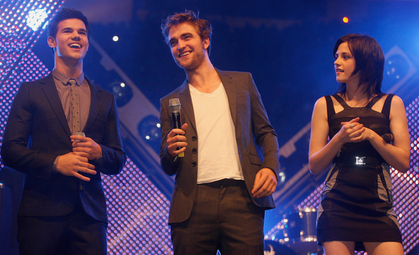 Actors Robert Pattinson (C), Kristen Stewart and Taylor Lautner (L) present their new film Twighlight - New Moon during the HVB youth event at the Olympic Hall on November 14, 2009 in Munich, Germany.