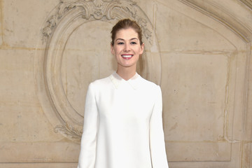 Rosamund Pike Christian Dior : Photocall - Paris Fashion Week Womenswear Fall/Winter 2017/2018