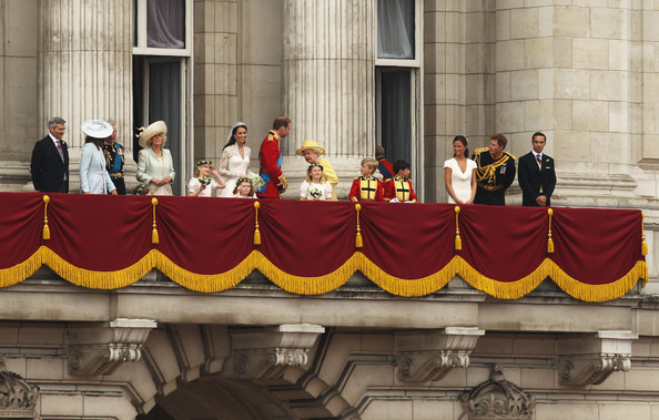 Prince philip in royal wedding the newlyweds greet for Queens wedding balcony