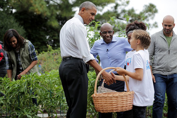 Sam Kass Michelle Obama Helps Students Harvest White House Kitchen Garden