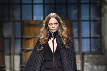 Sasha Pivovarova Dsquared2 - Runway - Milan Men's Fashion Week Fall/Winter 2017/18