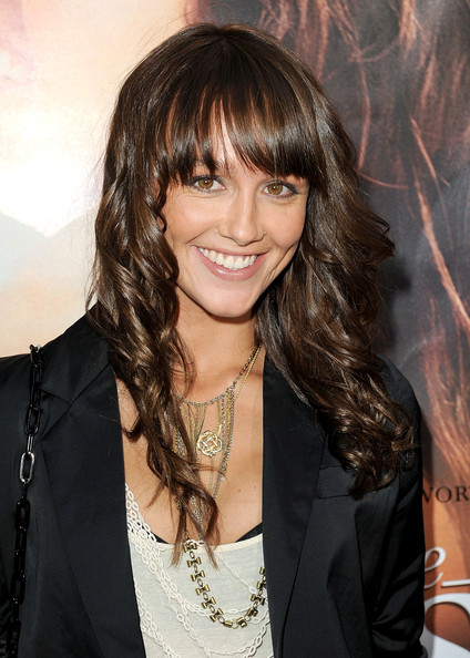 Tips: Sharni Vinson, 2017s edgy hair style of the cool mysterious  actress