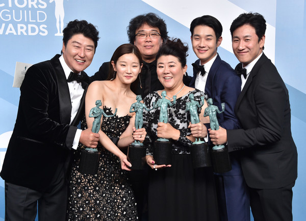 26th Annual Screen ActorsGuild Awards - Press Room [event,suit,premiere,fun,formal wear,smile,white-collar worker,bong joon-ho,song kang-ho,cho yeo-jeong,lee sun-kyun,screen actors guild awards,parasite,pose,trophy,room,press room,brad pitt,lee sun gyun,jennifer aniston,24th screen actors guild awards,parasite,shrine auditorium and expo hall,choi woo-shik,sag-aftra,bong joon-ho]