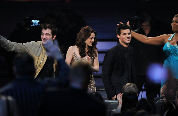 People's Choice Awards 2011 - Página 2 Taylor+Lautner+2011+People+Choice+Awards+Show+t8BnOMo5S59l