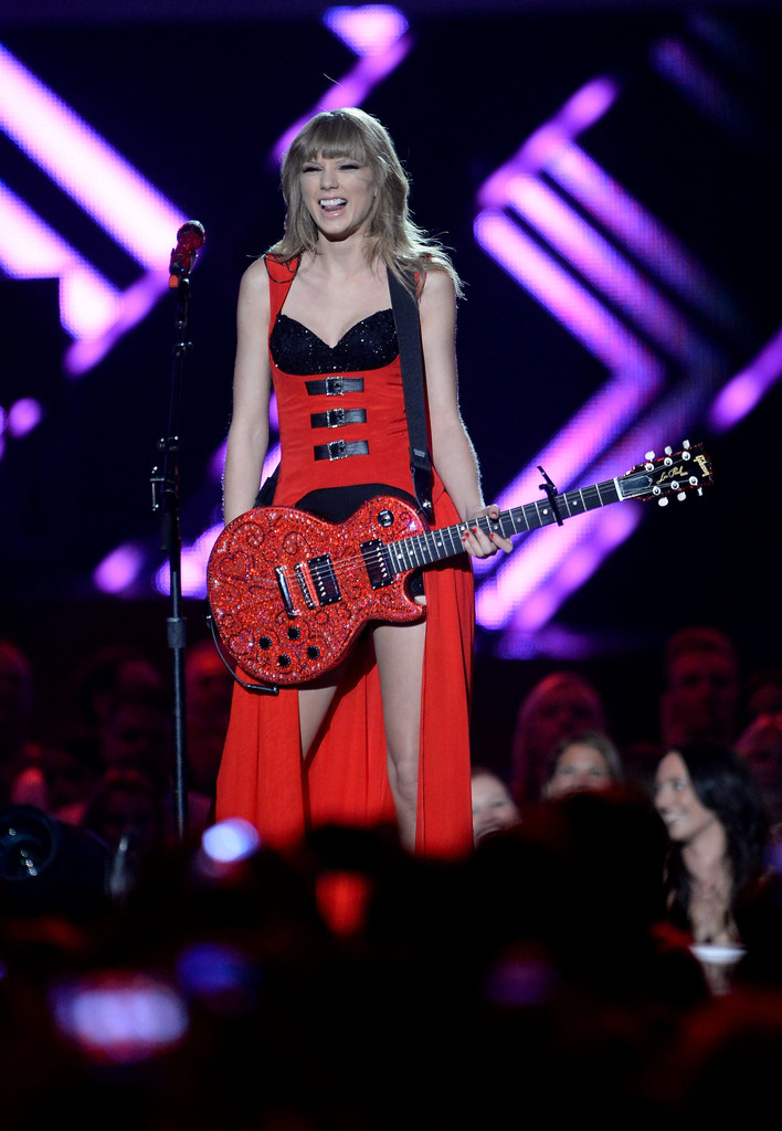 Taylor Swift - Page 40 Taylor+Swift+CMT+Music+Awards+Nashville+IfGS4KE_Aoqx