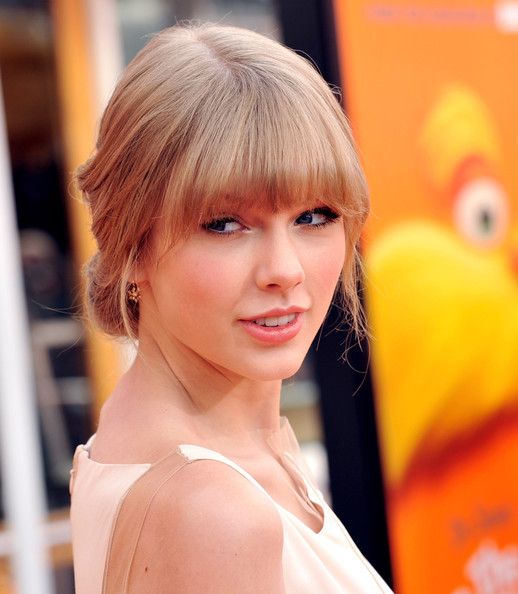 "Taylor Swift Singer Taylor Swift arrives at the premiere of Universal Pictures and Illumination Entertainment's 3D-CG ""Dr. Seuss' The Lorax"" at Citywalk on February 19, 2012 in Universal City, California."