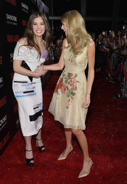 Taylor Swift Hailee Steinfeld Taylor Swift Photos Romeo And Juliet Premieres In Hollywood Part 4 Zimbio