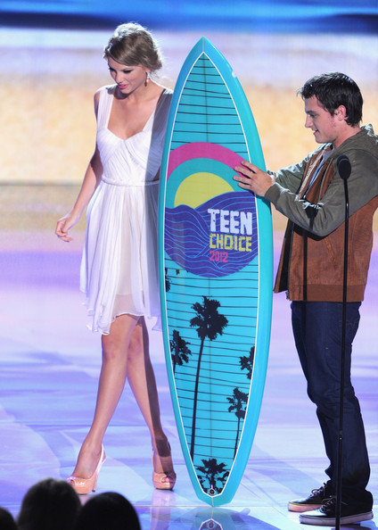 Taylor Swift Actor Josh Hutcherson (R) accepts the Choice Movie Sci-Fi/Fantasy Actor award from musician Taylor Swift onstage during the 2012 Teen Choice Awards at Gibson Amphitheatre on July 22, 2012 in Universal City, California.