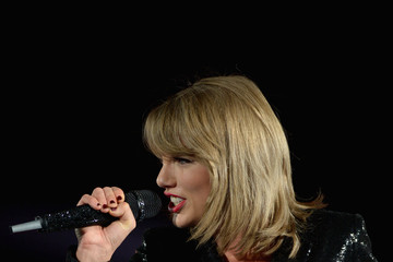 Taylor Swift Shawn Mendes Performs at the 1989 World Tour Live in Tampa