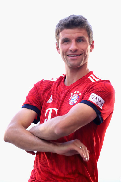 FC Bayern Muenchen And Paulaner Photo Session [red,player,t-shirt,sportswear,team sport,jersey,team,smile,gesture,football player,niko kovac,partner,thomas mueller,photo shoot,some,germany,brewery,fc bayern muenchen,paulaner,photo session]