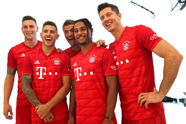 FC Bayern Muenchen And Paulaner Photo Session [sportswear,jersey,red,product,clothing,t-shirt,team,sleeve,uniform,top,niklas suele,serge gnabry,robert lewandowski,thomas mueller,lucas hernandez,l-r,fc bayern muenchen,paulaner,fgv schmidtle studios,photo session]