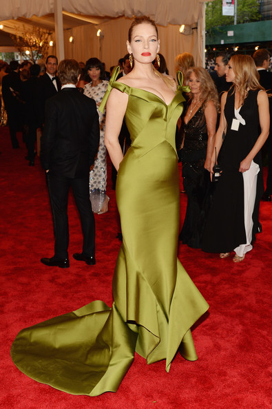 Red Carpet Arrivals at the Met Gala [punk: chaos to couture,flooring,carpet,gown,dress,fashion model,red carpet,lady,fashion,shoulder,haute couture,uma thurman,new york city,metropolitan museum of art,punk: chaos to couture costume institute gala,exhibition]