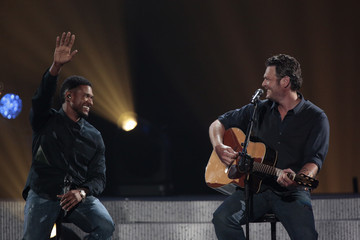 Usher Blake Shelton Musicians Perform at a Relief Benefit Concert