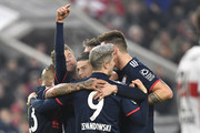 Bayern Munich's midfielder Thomas Mueller (2ndL) celebrates with teammates after he scored during the German first division Bundesliga football match between VfB Stuttgart and Bayern Munich on December 16, 2017 in Stuttgart. / AFP PHOTO / THOMAS KIENZLE / RESTRICTIONS: DURING MATCH TIME: DFL RULES TO LIMIT THE ONLINE USAGE TO 15 PICTURES PER MATCH AND FORBID IMAGE SEQUENCES TO SIMULATE VIDEO. == RESTRICTED TO EDITORIAL USE == FOR FURTHER QUERIES PLEASE CONTACT DFL DIRECTLY AT + 49 69 650050.