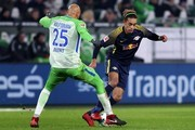Leipzig's Danish forward Yussuf Poulsen (R) vies with Wolfsburg's US defender John Anthony Brooks (L) during the German first division Bundesliga football match between VfL Wolfsburg and RB Leipzig on December 12, 2017 in Wolfsburg.. / AFP PHOTO / Ronny Hartmann / RESTRICTIONS: DURING MATCH TIME: DFL RULES TO LIMIT THE ONLINE USAGE TO 15 PICTURES PER MATCH AND FORBID IMAGE SEQUENCES TO SIMULATE VIDEO. == RESTRICTED TO EDITORIAL USE == FOR FURTHER QUERIES PLEASE CONTACT DFL DIRECTLY AT + 49 69 650050.