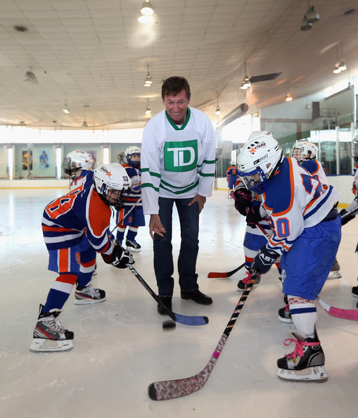 Wayne Gretzky Photos Photos Gretzky And Messier Join Nyc Youth