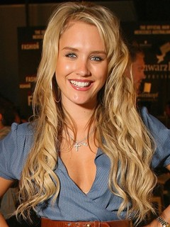 nicky whelan dating history Kenzie and chad met on the set of the show one tree hill and became engaged in 2006 on wednesday evening (september 19), chad was spotted leaving the chateau marmont with his left behind co-star nicky whelan in west hollywood, calif are you surprised that chad michael murray and.