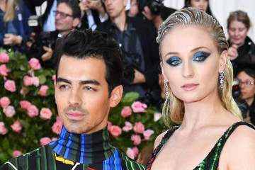 Joe Jonas Accuses Sophie Turner Of Leaving Starbucks Cup In 'Game Of Thrones' Scene