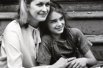 Stunning Vintage Photos of Young Celebrities with Their Moms