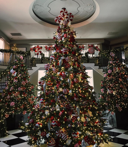 Kris jenner see 2015 39 s gorgeous celebrity christmas for Celebrity christmas home decorations