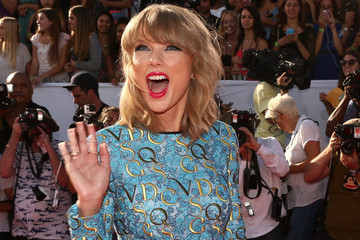 Taylor Swift Wants to Be Your Social Media Queen — as Soon as She Figures Out What a Hashtag Is