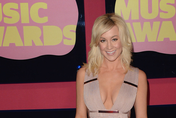 Breaking: Kellie Pickler Shaved Her Head For Breast Cancer Awareness