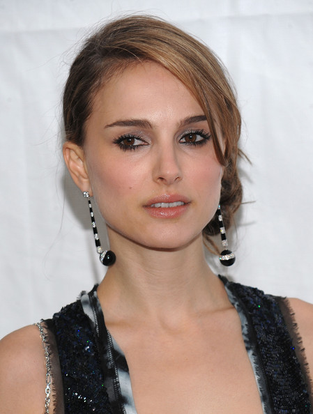natalie portman haircut 2010. Natalie wore this stunning updo to the 2010 Vanity Fair Oscar Party.