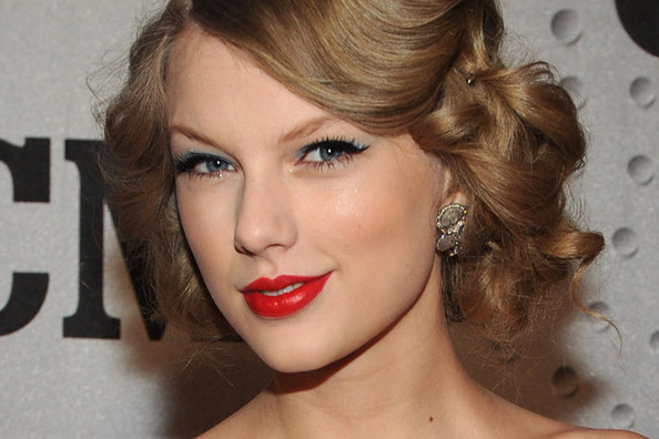 Taylor Swift Spills The Secrets Behind Her Signature Cat Eye [VIDEO]
