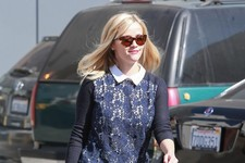 Reese Witherspoon Gets Her Hair Done