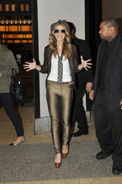 http://www3.pictures.zimbio.com/pc/90210+star+AnnaLynne+McCord+sister+Angel+seen+vfJUntvX3Pgl.jpg